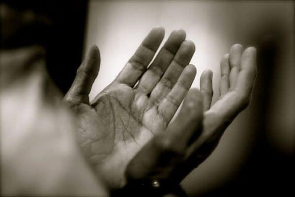 Dilarang Melihat ke Atas Ketika Berdoa?